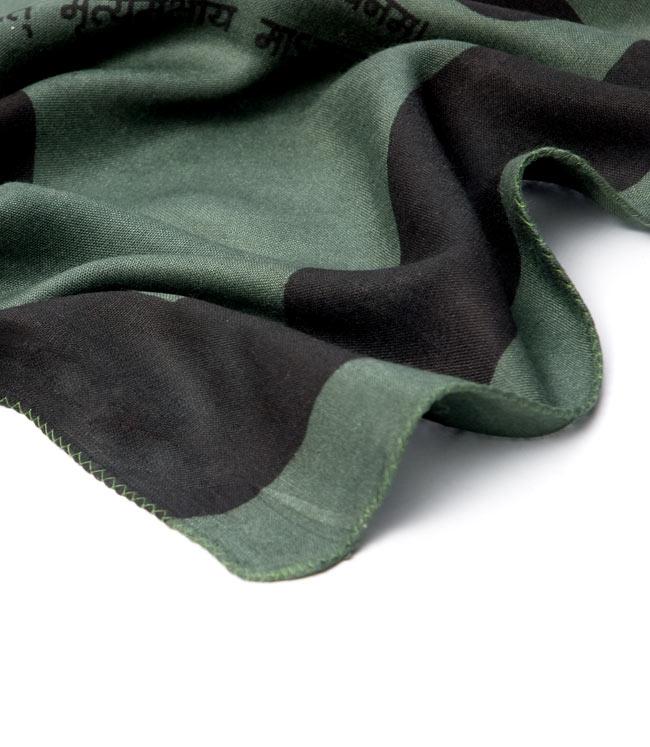 ナザールボンジュウ柄のスクエアスカーフ - 淡緑系 5 - 端を撮影しました。柔らかいビスコース素材です。