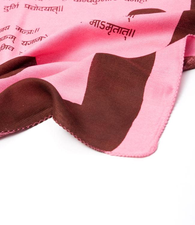 ナザールボンジュウ柄のスクエアスカーフ -ピンク系の写真5 - 端を撮影しました。柔らかいビスコース素材です。