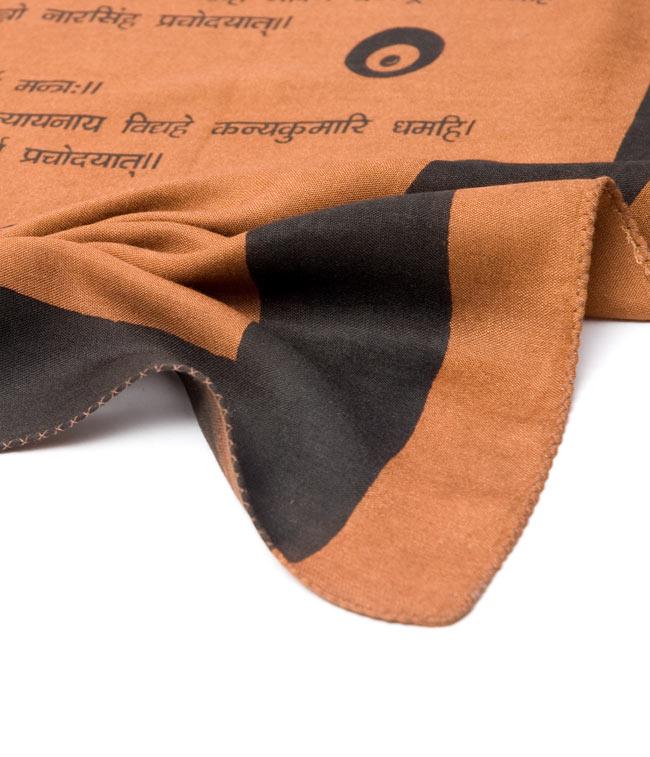 ナザールボンジュウ柄のスクエアスカーフ -薄茶系の写真5 - 端を撮影しました。柔らかいビスコース素材です。