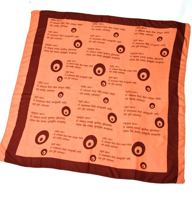 ナザールボンジュウ柄のスクエアスカーフ - 薄オレンジ系の写真