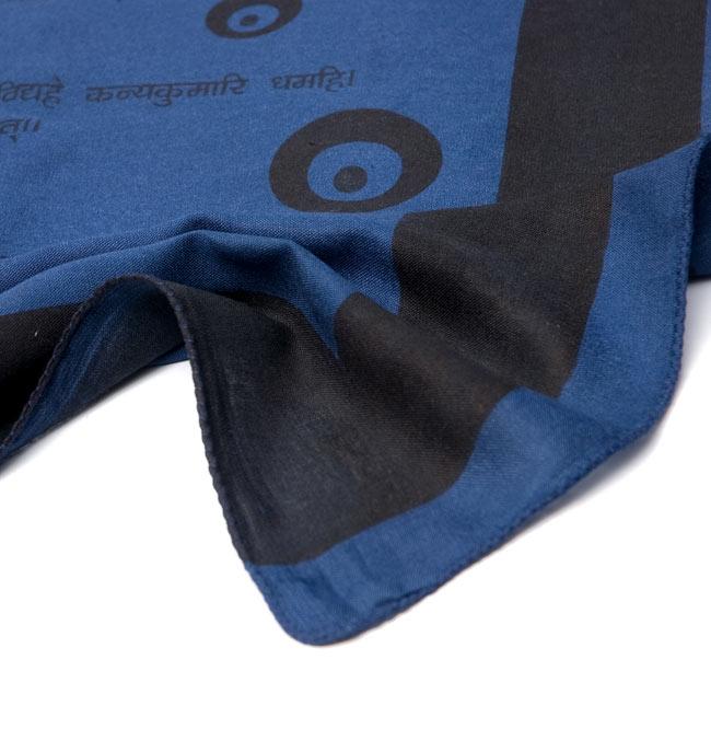 ナザールボンジュウ柄のスクエアスカーフ - 紺系 5 - 端を撮影しました。柔らかいビスコース素材です。