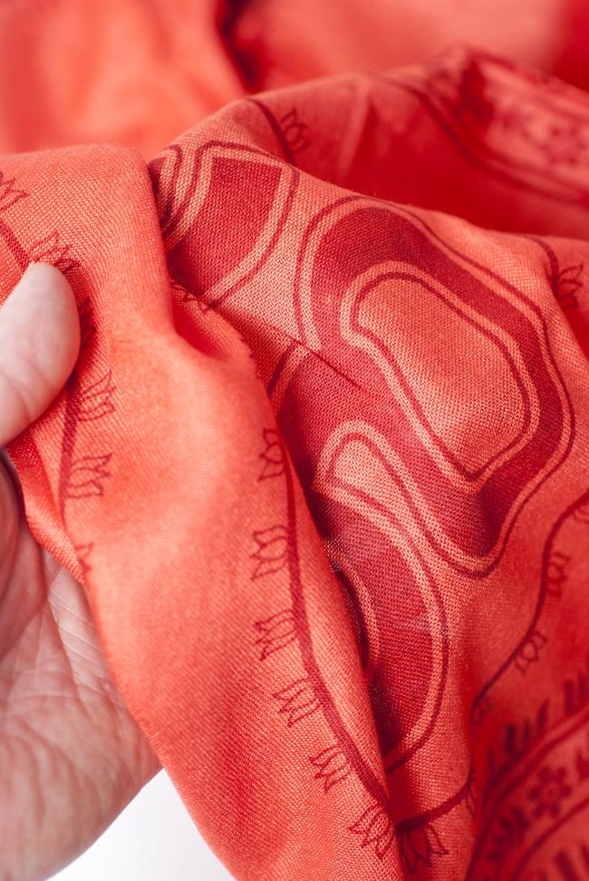 (200cmx100cm)オーンの大ラムナミ - サーモン 4 - 質感を感じて頂く為、手に持って撮影したところです。