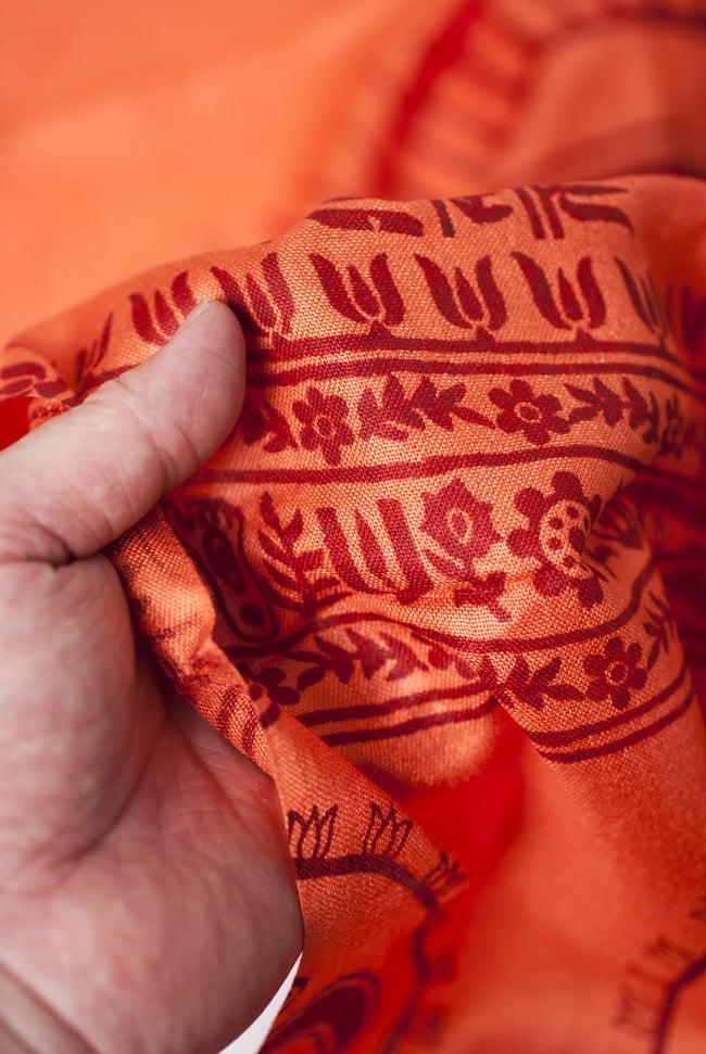 [200cm×100cm]オーンの大ラムナミ - オレンジの写真4 - 質感を感じて頂く為、手に持って撮影したところです。