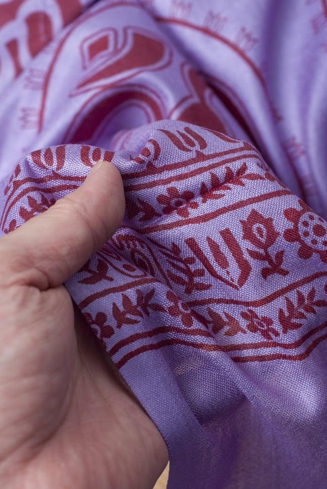 [200cm×100cm]オーンの大ラムナミ - 紫の写真4 - 質感を感じて頂く為、手に持って撮影したところです。