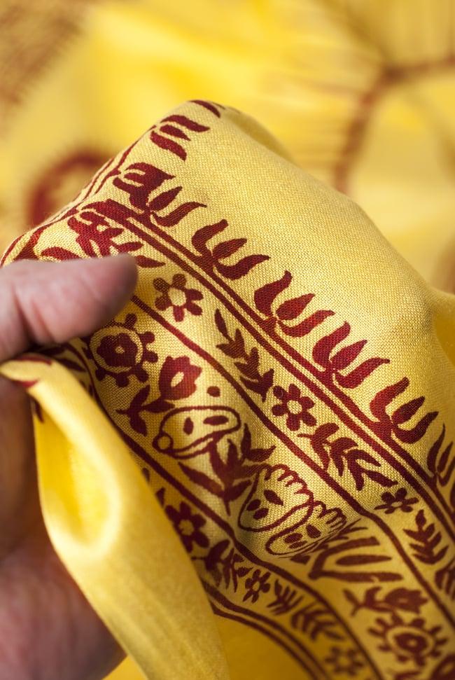 [200cm×100cm]オーンの大ラムナミ - 黄色の写真4 - 質感を感じて頂く為、手に持って撮影したところです。