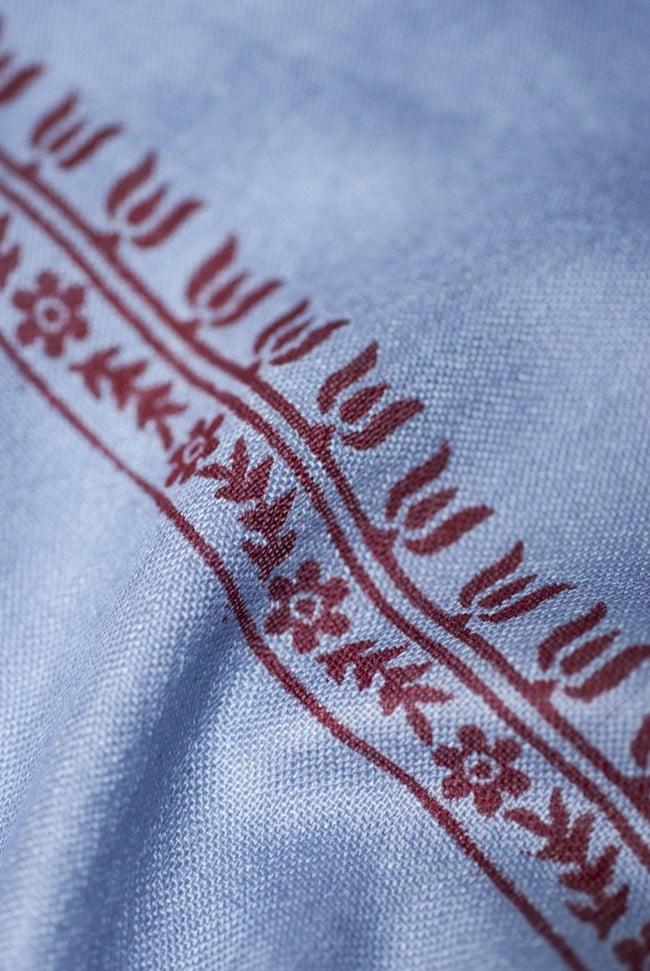 (190cm×100cm)ガネーシャのラムナミスカーフ - 青灰 5 - 別の箇所を見てみました。かすかに光沢のある、肌触りの良い布です。