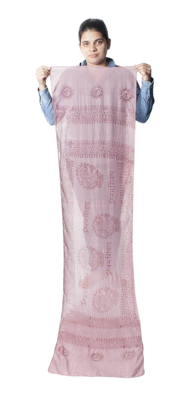 [約180cm×40cm]インド薄ラムナミ【ロング】 - 薄小豆色の写真9 - 身重154cmのサラダちゃんが持ってみました。180cmくらいある布なので、いろいろ使いみちがありそうです。
