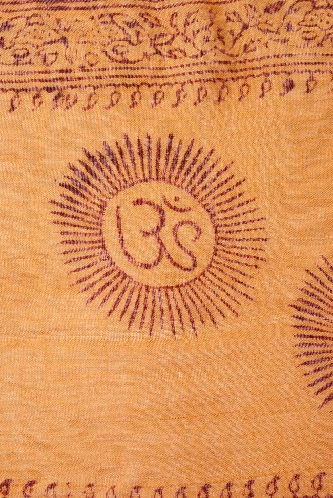 (約180cm×40cm)インド薄ラムナミ(ロング) - 橙色 3 - 神様柄の様子です。オーンであったりガネーシャであったり様々ですので、アソートでのお届けと鳴ります。