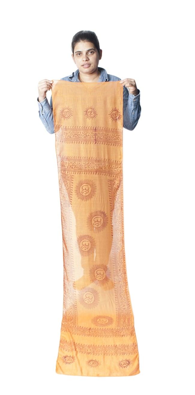 (約180cm×40cm)インド薄ラムナミ(ロング) - 橙色 9 - 身重154cmのサラダちゃんが持ってみました。180cmくらいある布なので、いろいろ使いみちがありそうです。