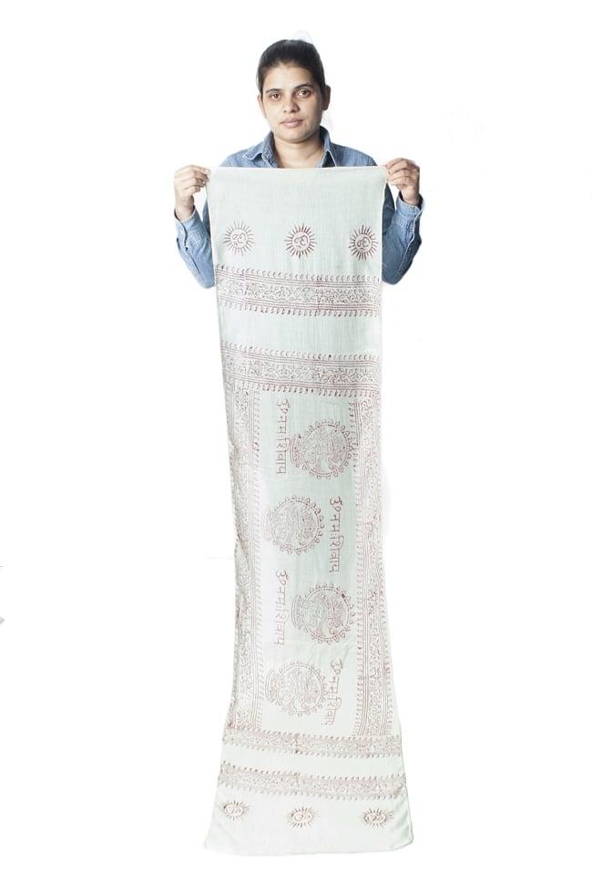 [約180cm×40cm]インド薄ラムナミ【ロング】 - 薄うぐいす色の写真9 - 身重154cmのサラダちゃんが持ってみました。180cmくらいある布なので、いろいろ使いみちがありそうです。