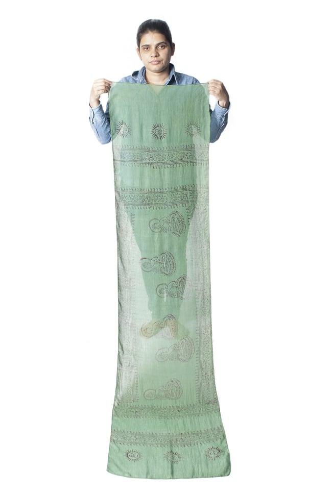 [約180cm×40cm]インド薄ラムナミ【ロング】 - 緑の写真9 - 身重154cmのサラダちゃんが持ってみました。180cmくらいある布なので、いろいろ使いみちがありそうです。