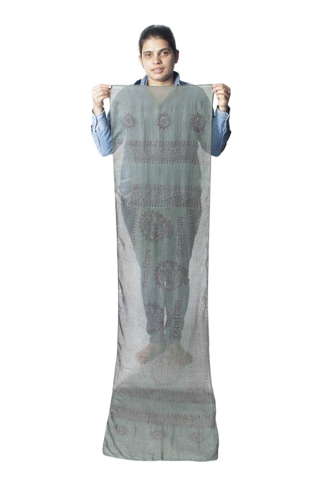 [約180cm×40cm]インド薄ラムナミ【ロング】 - ダークグリーンの写真9 - 身重154cmのサラダちゃんが持ってみました。180cmくらいある布なので、いろいろ使いみちがありそうです。