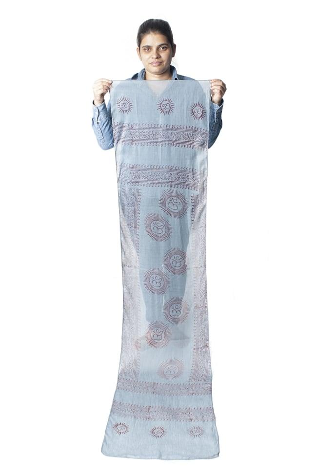 [約180cm×40cm]インド薄ラムナミ【ロング】 - 青灰色の写真9 - 身重154cmのサラダちゃんが持ってみました。180cmくらいある布なので、いろいろ使いみちがありそうです。