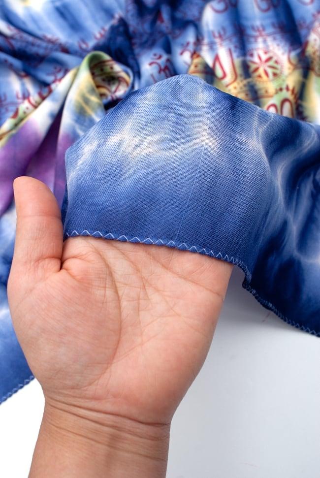 〔195cm*100cm〕ガネーシャ&ヒンドゥー神様のタイダイサイケデリック布 - 青紫×紫×黄緑×黄色系の写真6 - 少ししっとりとした柔らかい手触りです。首に巻いてもチクチクしにくい点もいいと思います。