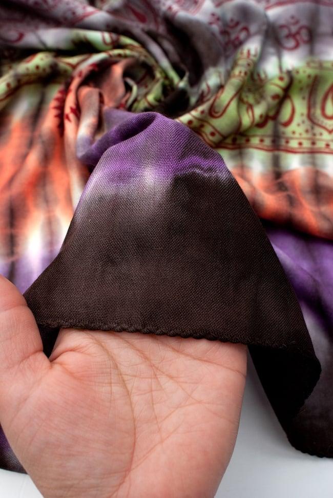 〔195cm*100cm〕ガネーシャ&ヒンドゥー神様のタイダイサイケデリック布 - 黒×紫×オレンジ×緑系の写真6 - 少ししっとりとした柔らかい手触りです。首に巻いてもチクチクしにくい点もいいと思います。