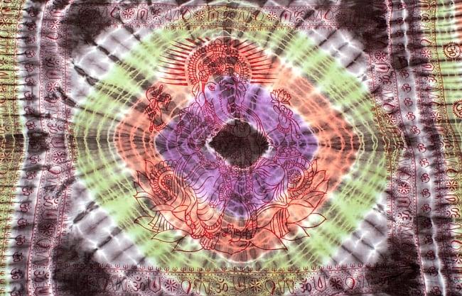 〔195cm*100cm〕ガネーシャ&ヒンドゥー神様のタイダイサイケデリック布 - 黒×紫×オレンジ×緑系の写真8 - 【選択:A】の写真です。このように中心にガネーシャ柄が入っています。