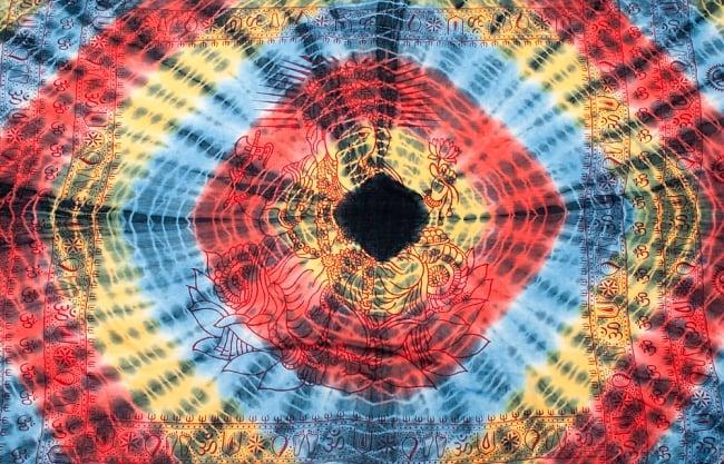 〔195cm*100cm〕ガネーシャ&ヒンドゥー神様のタイダイサイケデリック布 - 黄×赤×水色×黒系 8 - 【選択:A】の写真です。このように中心にガネーシャ柄が入っています。