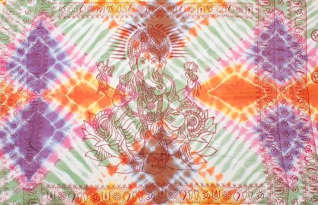 〔195cm*100cm〕ガネーシャ&ヒンドゥー神様のタイダイサイケデリック布 - 緑×オレンジ×紫×ピンク系の写真8 - 【選択:A】の写真です。このように中心にガネーシャ柄が入っています。