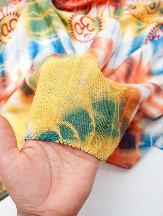 〔195cm*100cm〕ガネーシャ&ヒンドゥー神様のタイダイサイケデリック布 - 青×黄×オレンジ系の写真6 - 少ししっとりとした柔らかい手触りです。首に巻いてもチクチクしにくい点もいいと思います。
