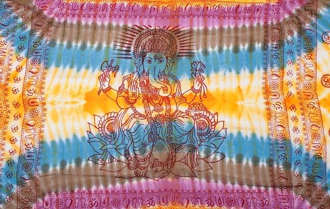 〔195cm*100cm〕ガネーシャ&ヒンドゥー神様のタイダイサイケデリック布 - 黄×水色×茶緑×紫系の写真8 - 【選択:A】の写真です。このように中心にガネーシャ柄が入っています。