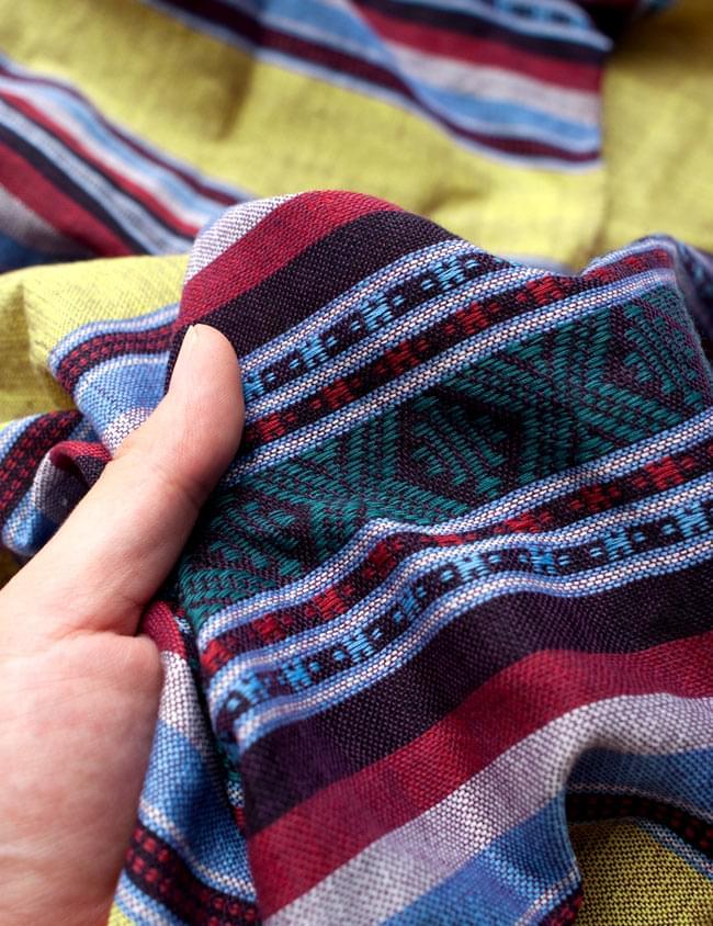 ベトナム ターイ族の伝統手織りスカーフ・デコレーション布 5 - 質感を感じていただく為、手に持ってみたところです。肌触りがよく柔らかい布で、シワも付きにくいのも使い勝手の良いところ。
