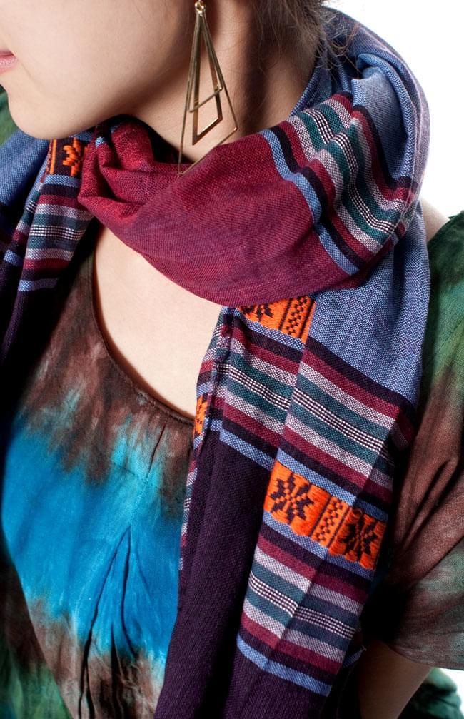 ベトナム ターイ族の伝統手織りスカーフ・デコレーション布の写真8 - ターイ族の伝統模様がとっても素敵です。色合いも派手過ぎず調和が取れているので、日常使いもしやすい一品です。
