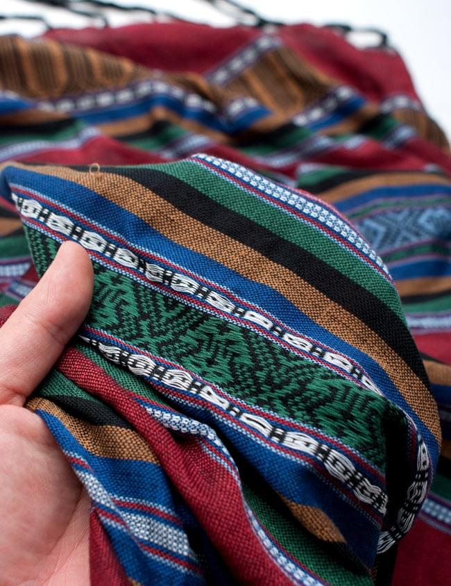 ベトナム ターイ族の伝統手織りスカーフ・デコレーション布の写真5 - 質感を感じていただく為、手に持ってみたところです。肌触りがよく柔らかい布で、シワも付きにくいのも使い勝手の良いところ。