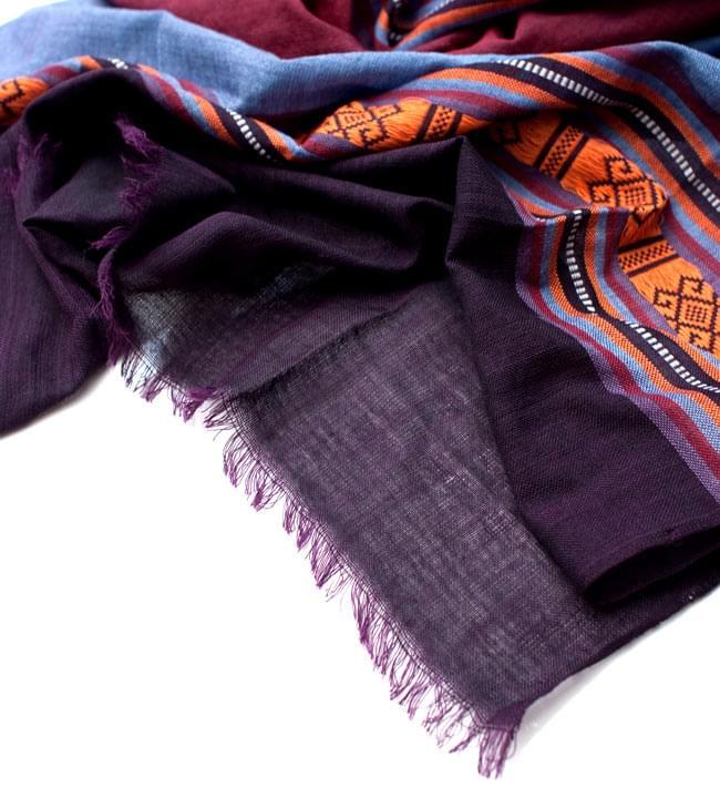 ベトナム ターイ族の伝統手織りスカーフ・デコレーション布(切りっぱなし) 4 - 縁の部分の写真です。こちらは、フリンジなしの切りっぱなしタイプです。