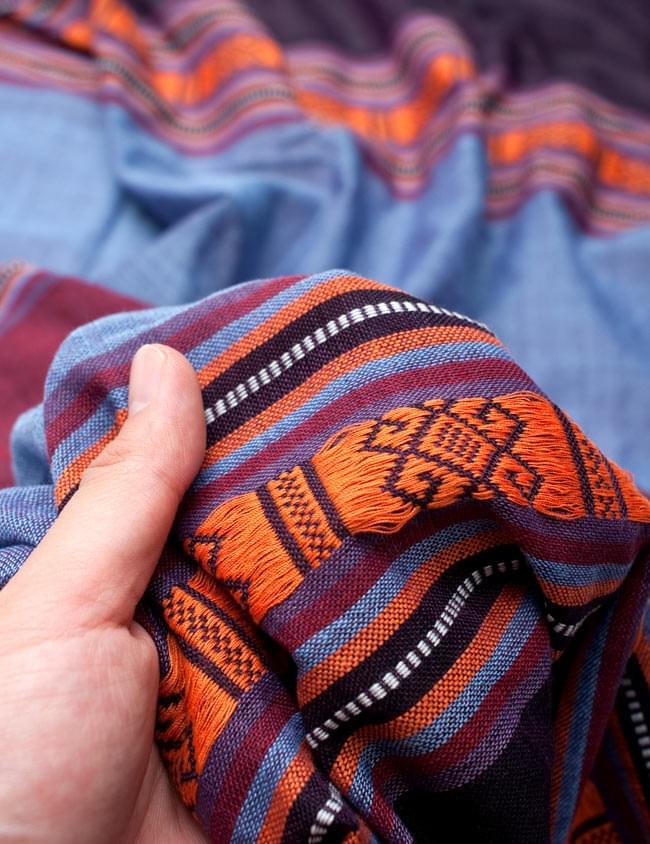 ベトナム ターイ族の伝統手織りスカーフ・デコレーション布(切りっぱなし) 5 - 質感を感じていただく為、手に持ってみたところです。肌触りがよく柔らかい布で、シワも付きにくいのも使い勝手の良いところ。