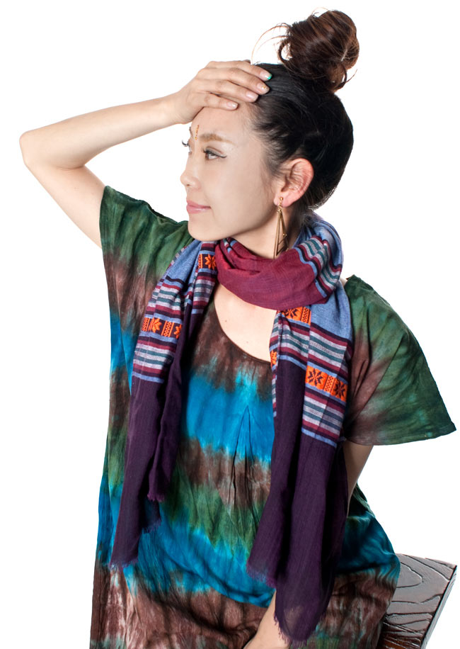 ベトナム ターイ族の伝統手織りスカーフ・デコレーション布(切りっぱなし) 7 - もちろんスカーフや、ストールとしても!さらりと柔らかく巻き心地が良いです。