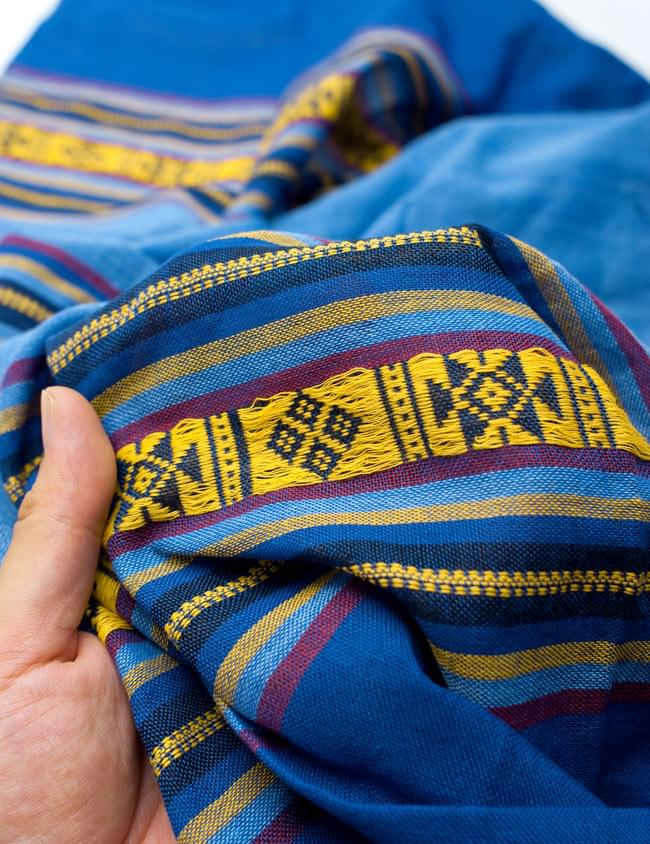 ベトナム ターイ族の伝統手織りスカーフ・デコレーション布(切りっぱなし)の写真5 - 質感を感じていただく為、手に持ってみたところです。肌触りがよく柔らかい布で、シワも付きにくいのも使い勝手の良いところ。