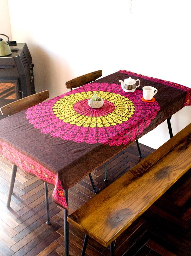 マンダラ柄のカラフルコットンルンギー  - 黒 8 - テーブルクロスとして使用してみました。お部屋の雰囲気もガラリと変わっていいですよ!