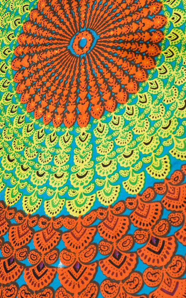マンダラ柄のカラフルコットンルンギー - 水色の写真3 - 斜めから撮ってみました。インドらしい柄がとても素敵です。
