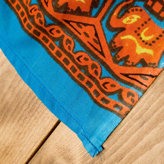マンダラ柄のカラフルコットンルンギー - 水色の写真7 - 端はこのように切りっぱなしになっています。