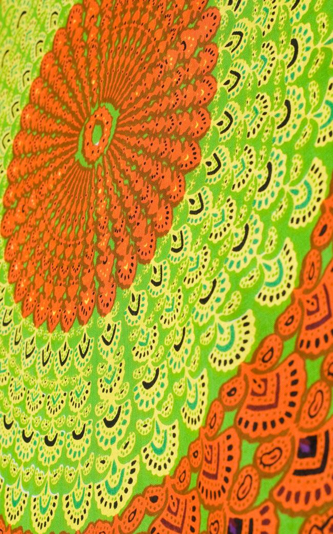 マンダラ柄のカラフルコットンルンギー  - 黄緑の写真3 - 斜めから撮ってみました。インドらしい柄がとても素敵です。