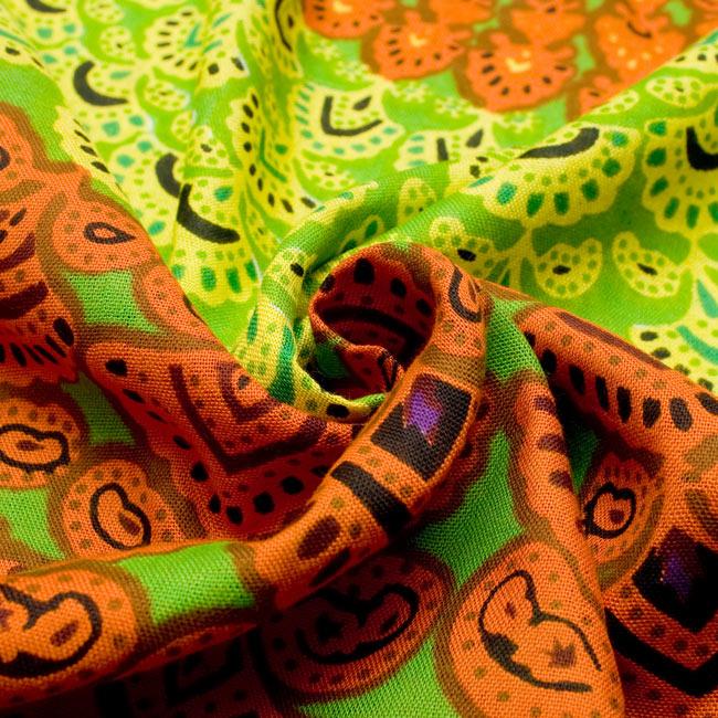 マンダラ柄のカラフルコットンルンギー  - 黄緑の写真6 - 質感は固くはないですが、テロテロに柔らかいわけでもないので、適度なコシがあり使いやすいと思います。