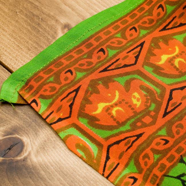 マンダラ柄のカラフルコットンルンギー  - 黄緑の写真7 - 端はこのように切りっぱなしになっています。