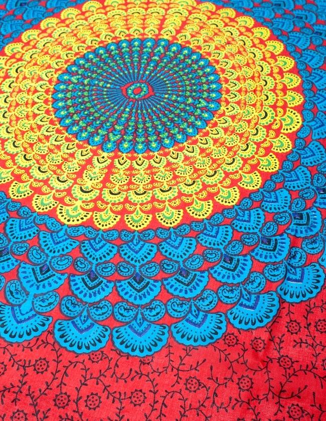 マンダラ柄のカラフルコットンルンギー - 赤の写真3 - 斜めから撮ってみました。インドらしい柄がとても素敵です。