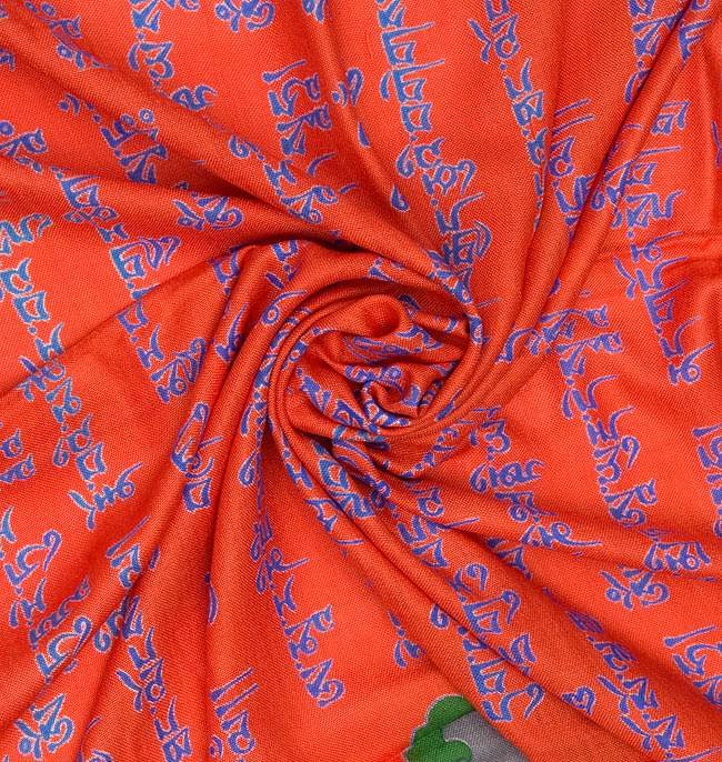 [190cm×100cm]チベット風 - ヴァジュラと龍の大きなストール - オレンジの写真4 - 布をクシュクシュっとしてみました