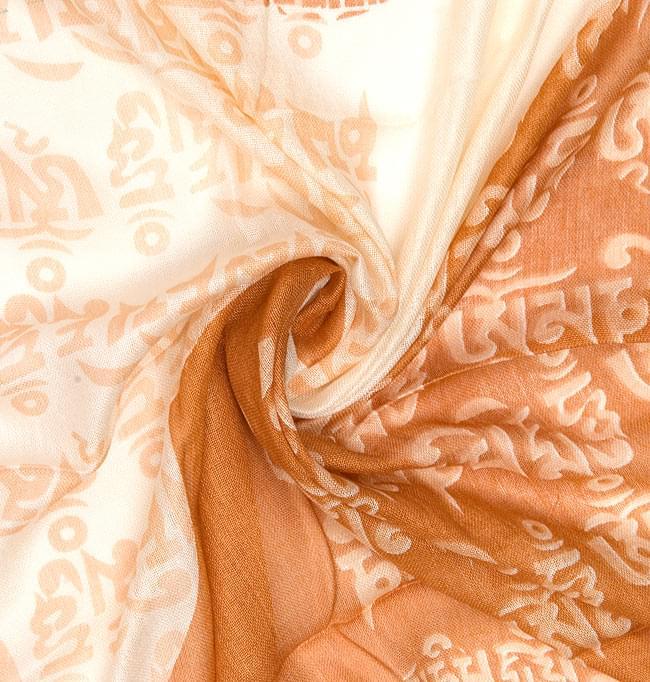 [160cm×70cm]ヒストリーブッダのファンシーストール - オレンジの写真3 - 布をクシュクシュっとしてみました。