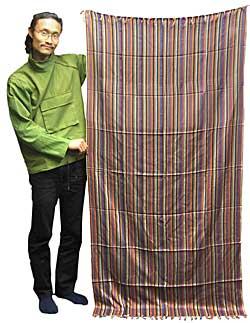 インド綿ストライプルンギーの写真 - この写真は別の色のインド綿ストライプルンギーの写真ですが、大きさや透け具合はこんな感じになります。モデルの身長は180cmです