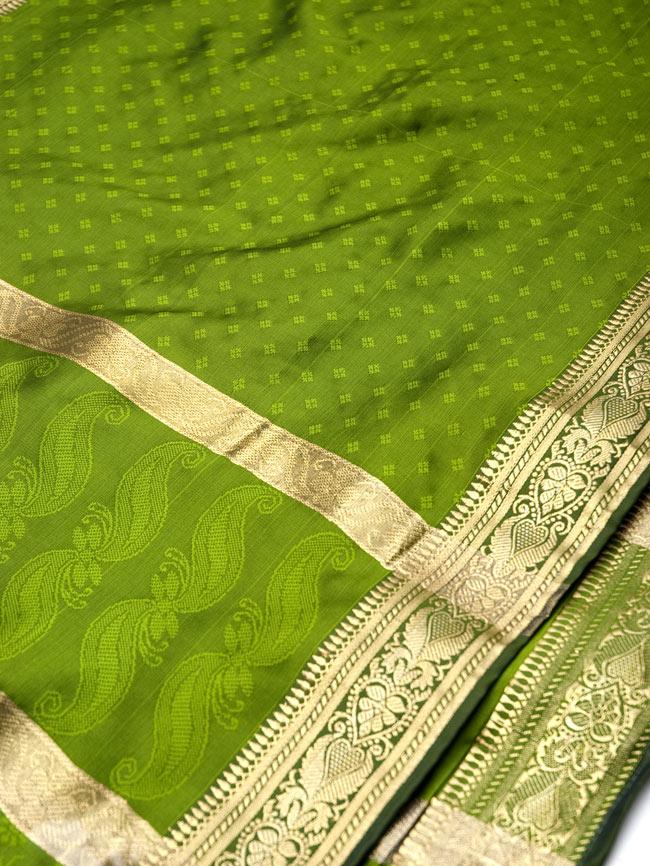 ボーダー入り 光沢スカーフ・デコレーション布 - 格子・オリーブグリーンの写真2 - 拡大写真です。光沢のある素材感で高級感があります。柄もインドらしくて素敵です。
