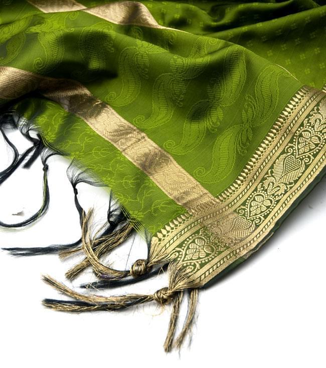 ボーダー入り 光沢スカーフ・デコレーション布 - 格子・オリーブグリーンの写真4 - 縁の部分の写真です。フリンジと布の色の組み合わせ綺麗です。