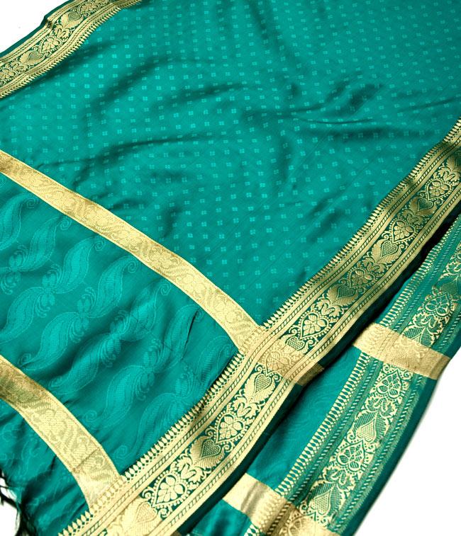 ボーダー入り 光沢スカーフ・デコレーション布 - 格子・グリーンの写真2 - 拡大写真です。光沢のある素材感で高級感があります。柄もインドらしくて素敵です。