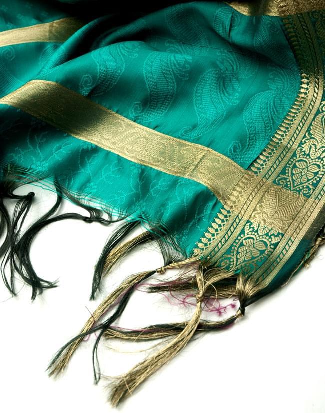 ボーダー入り 光沢スカーフ・デコレーション布 - 格子・グリーンの写真4 - 縁の部分の写真です。フリンジと布の色の組み合わせ綺麗です。