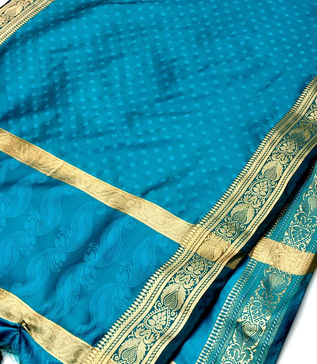 ボーダー入り 光沢スカーフ・デコレーション布 - 格子・ブルーの写真2 - 拡大写真です。光沢のある素材感で高級感があります。柄もインドらしくて素敵です。
