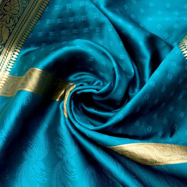 ボーダー入り 光沢スカーフ・デコレーション布 - 格子・ブルーの写真3 - この生地の特徴は光沢感です!ツヤツヤとした触り心地で、陰影がハッキリと出るので、陽の光や照明にとっても映えます。