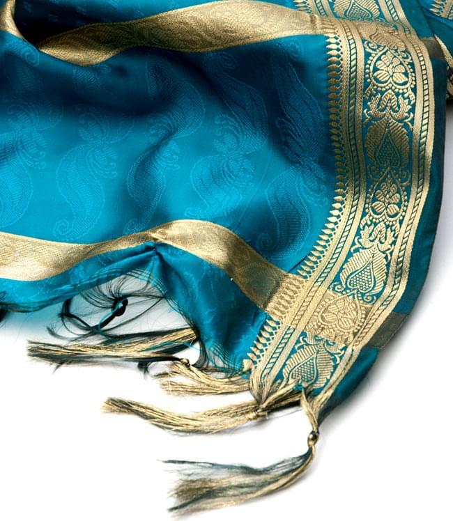 ボーダー入り 光沢スカーフ・デコレーション布 - 格子・ブルーの写真4 - 縁の部分の写真です。フリンジと布の色の組み合わせ綺麗です。