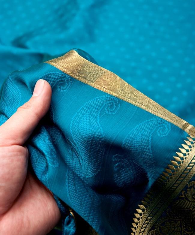 ボーダー入り 光沢スカーフ・デコレーション布 - 格子・ブルーの写真5 - 手でもってみたところです。光沢生地と金色の刺繍がとっても良い組み合わせです。