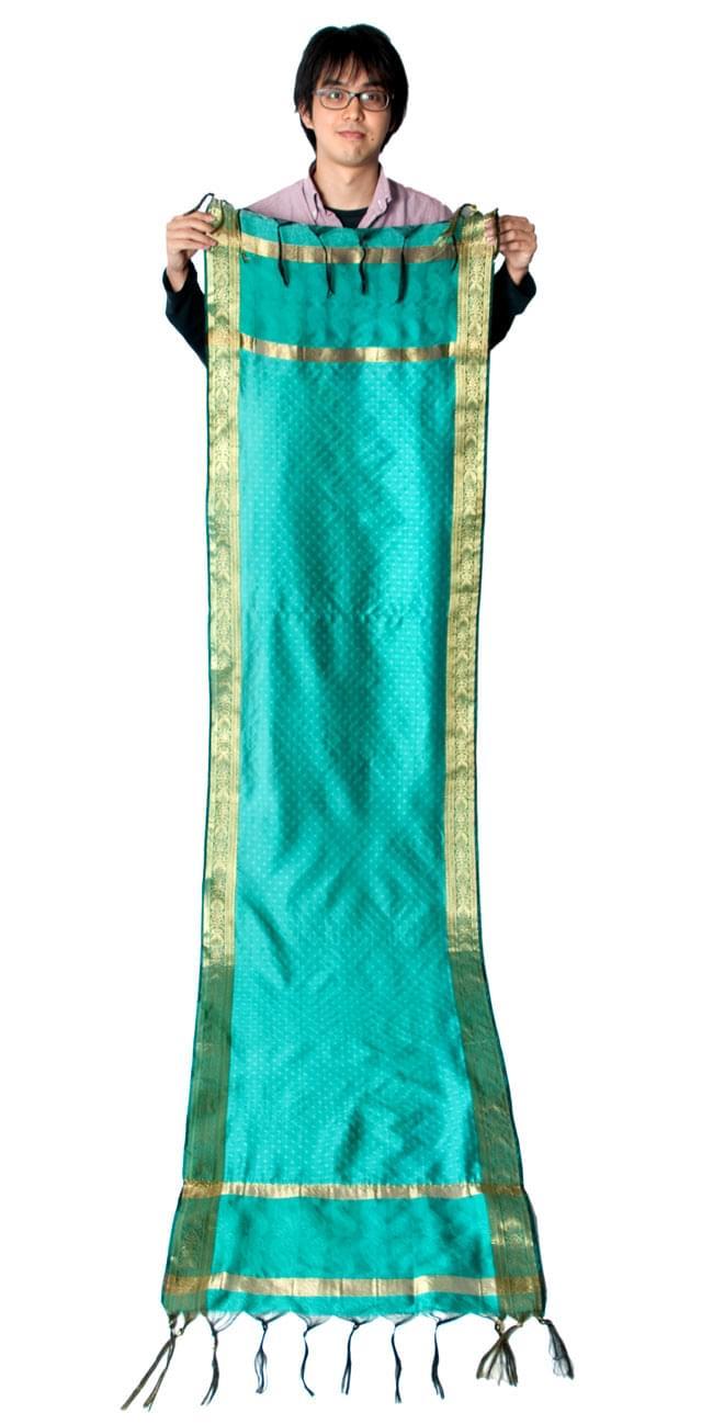 ボーダー入り 光沢スカーフ・デコレーション布 - 格子・ブルーの写真6 - 身長172cmの男性スタッフが持ってみました。大きさがわかりますね。(こちらは同じデザインの色違いです)